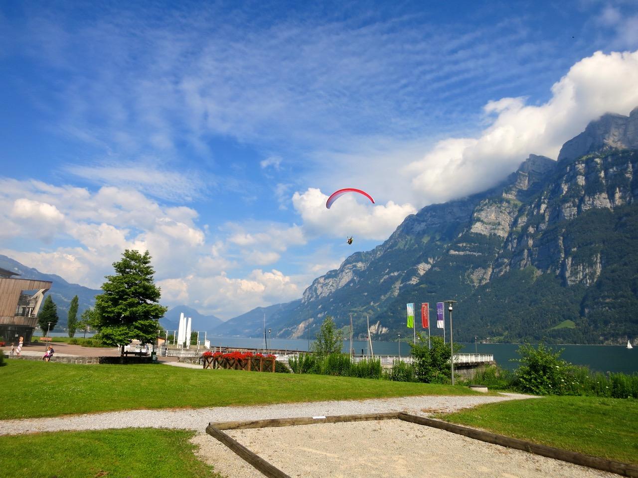 Nach den Turnübungen in der Luft landen die Piloten direkt am See.